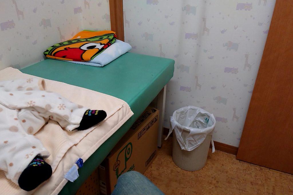 待機室の毛布や椅子
