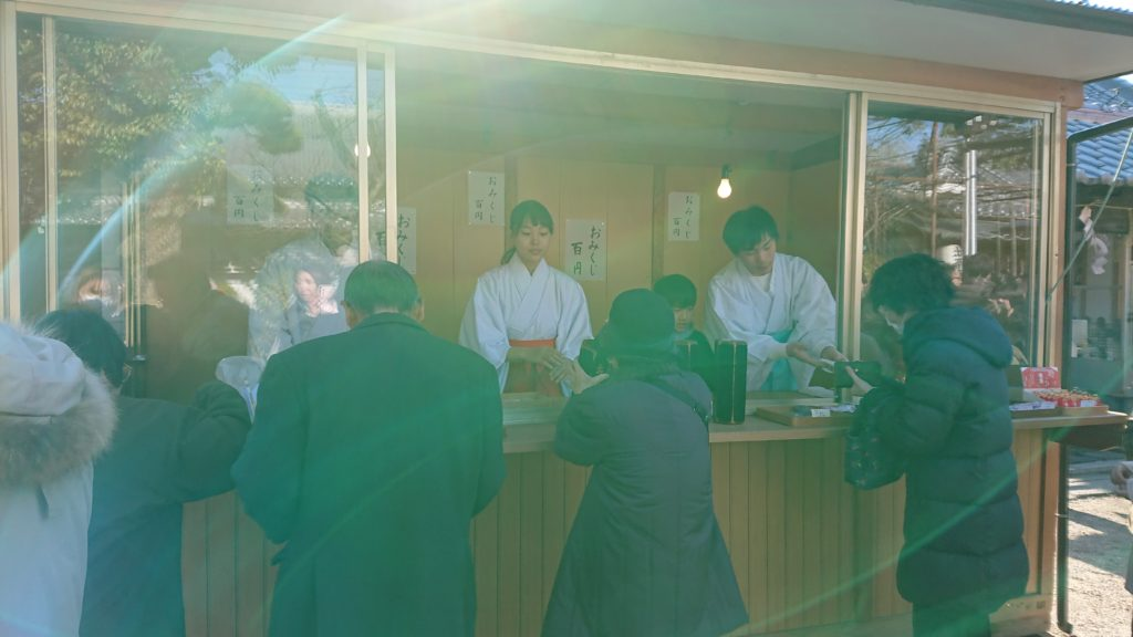 三輪神社のおみくじ売り場