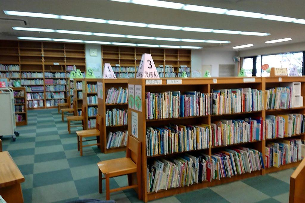 小寺池図書館の児童書コーナー