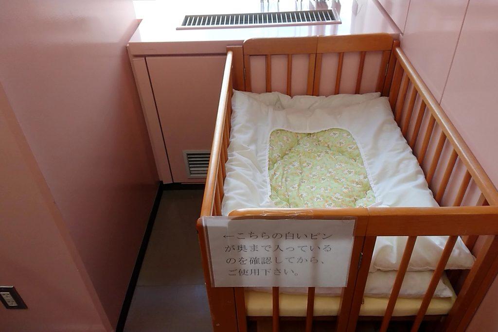 7階の授乳室の布団が敷かれたベビーベッド