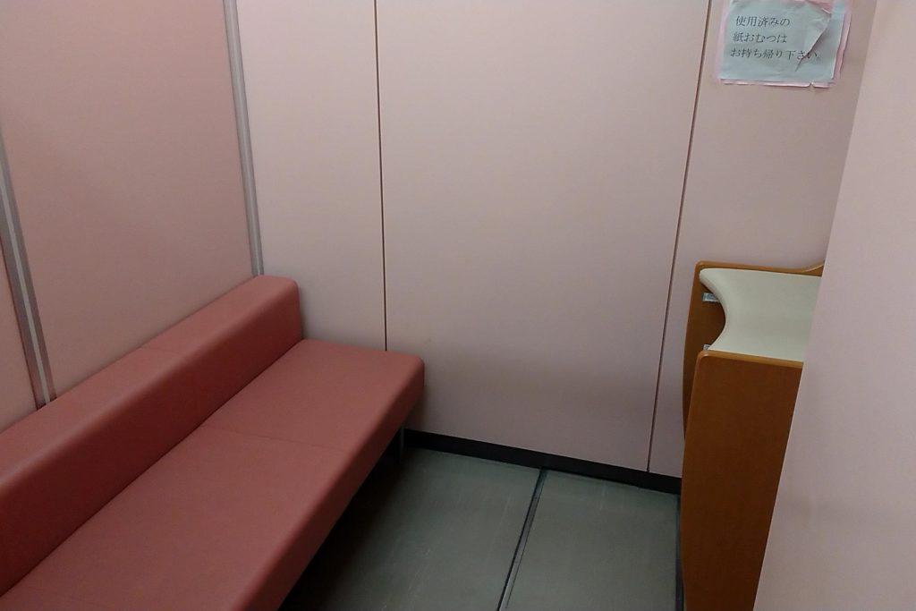 7階の授乳用のソファー