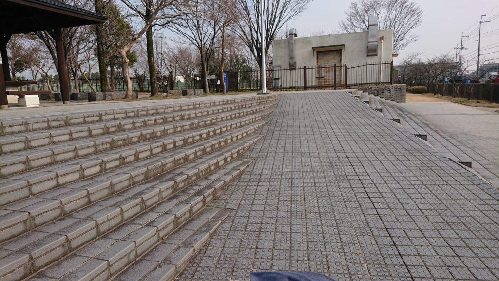 高槻せせらぎ緑地公園のスロープ