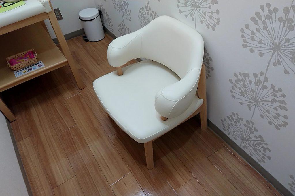 日産高槻西店の授乳室のソファー