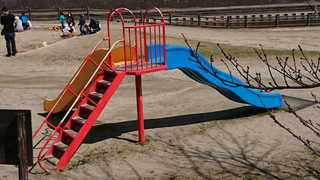 芥川の桜堤公園のすべり台