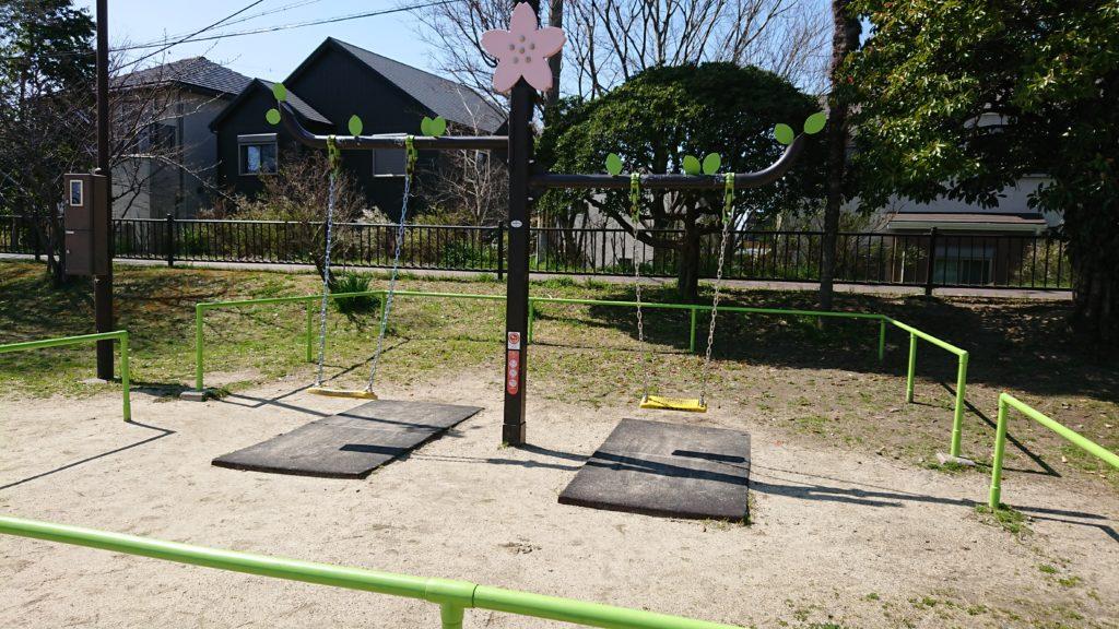 芥川の桜堤公園のブランコ