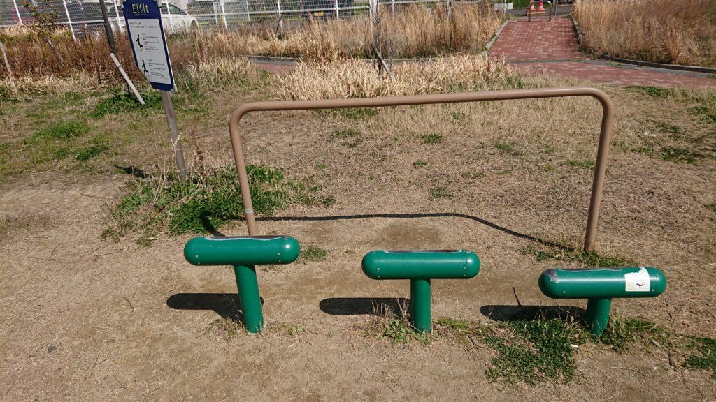 芝生第3公園のもものストレッチ