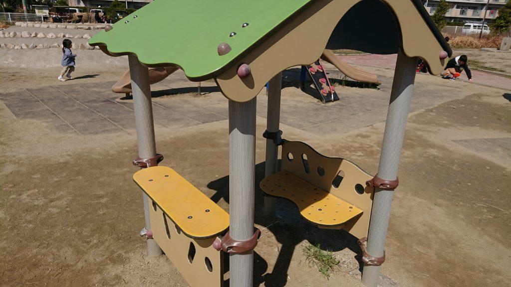 芝生第3公園の子ども用ベンチ
