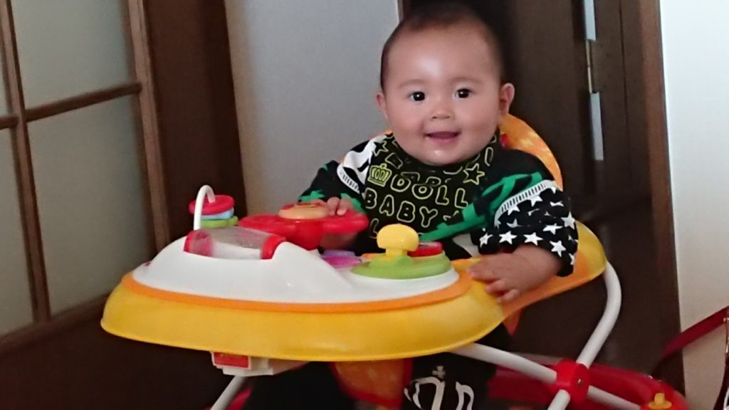 アンパンマンの歩行器を与えられた8カ月児