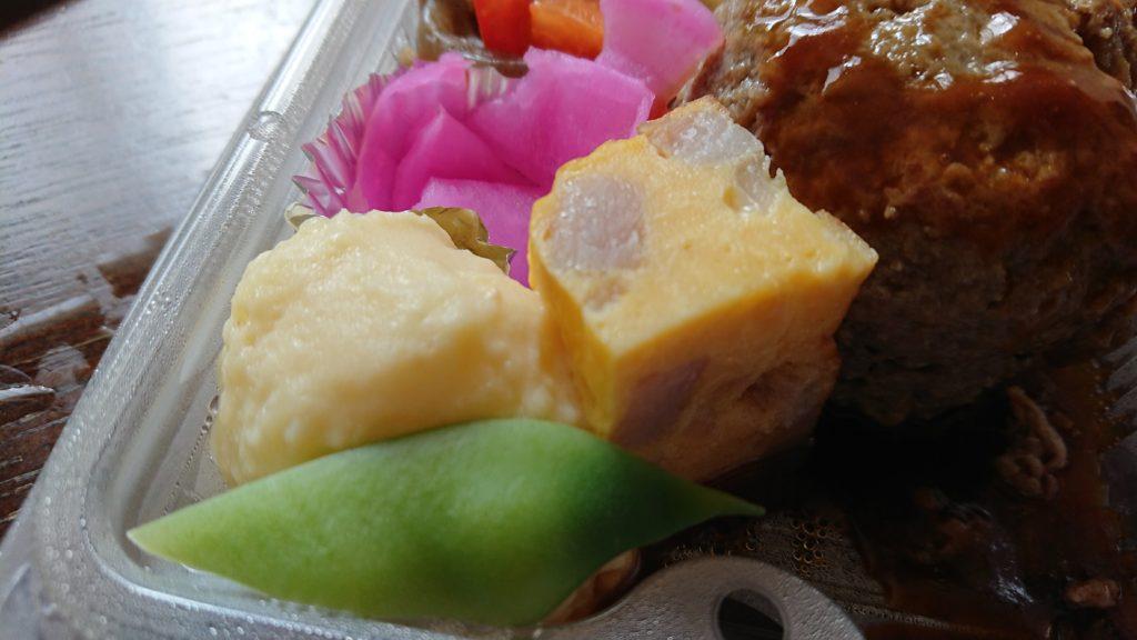 スエキッチンのハンバーグ弁当の玉子焼きとポテトサラダ